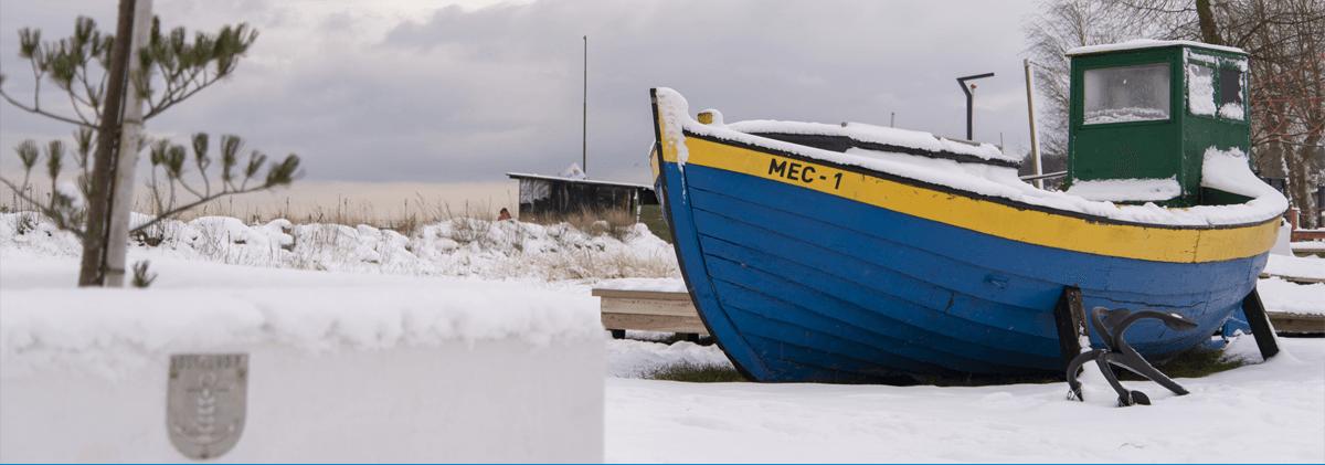 Ilustracja przedstawia kuter rybacki pokryty śniegiem