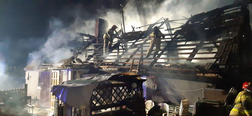 pożar domu mieszkalnego, zastępy straży pożarnej