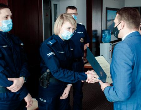 Gratulacje ipodziękowania dla policjantów zkosakowskiego komisariatu