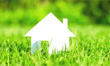 ilustracja przedstawia biały dom jednorodzinny natle zielonej trawy